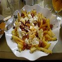 Huevos rotos con chorizo y papas fritas