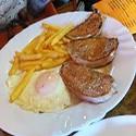 Lomo con Huevo y papas fritas